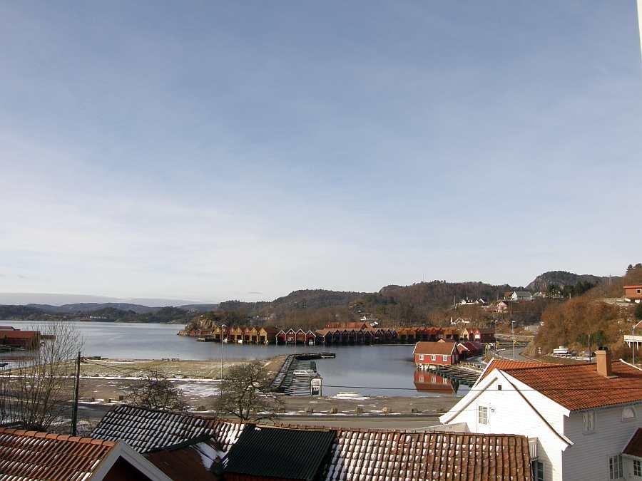 Blick vom Ferienhaus in Richtung auf die Bucht mit dem Bootsliegeplatz