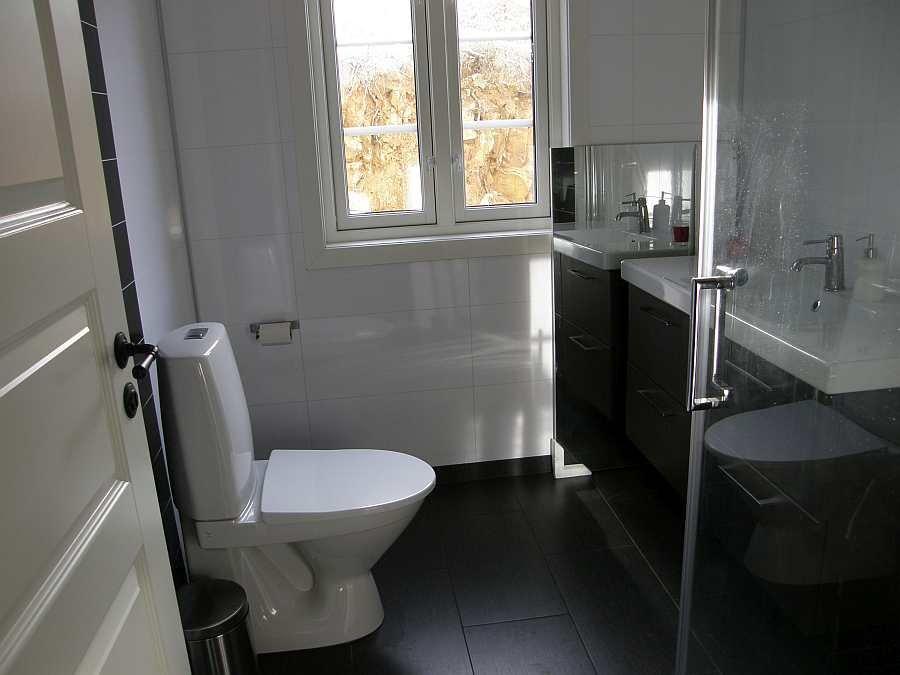 Das Bad des Hauses mit Dusche und WC. Waschmaschine vorhanden