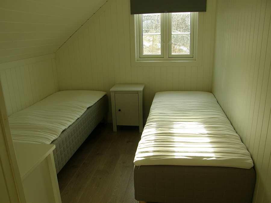 Eines der beiden Schlafzimmer mit jeweils 2 Einzelbetten (Aufnahme kurz nach der Einrichtung des Neubaus - noch nicht fertig eingerichtet)