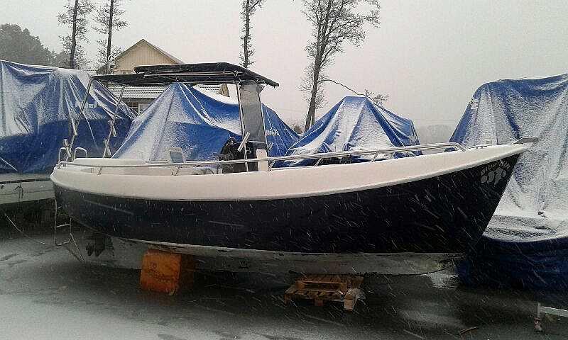 Der Benzinkutter Bluefish - 21 Fuß/15 PS, 4-Takter, Steuerstand, Echolot, GPS/Kartenplotter (hier im Winterlager)