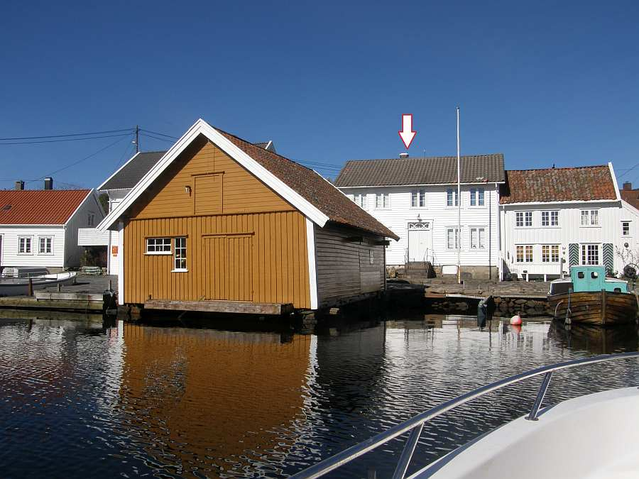 Ferienhaus Svinør in Åvik in Südnorwegen (das markierte, linke weiße Haus) - davor das eigene Bootshaus (gelb)