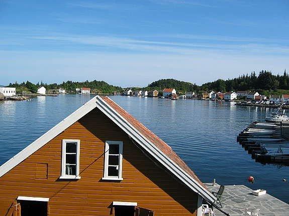 Blick vom Ferienhaus auf das Wasser, das eigene Bootshaus und den Bootsliegeplatz