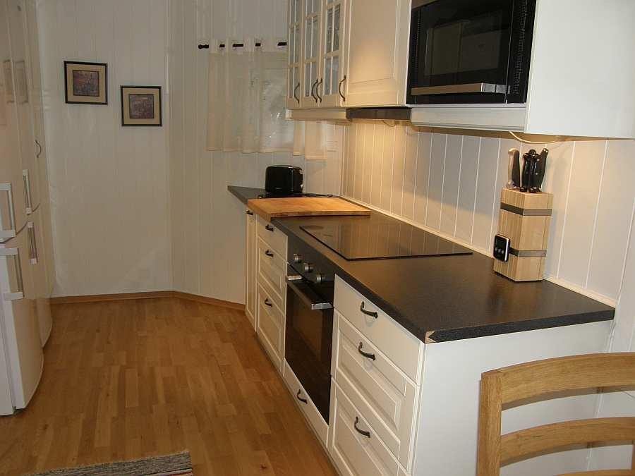 Die moderne Küche ist komplett eingerichtet