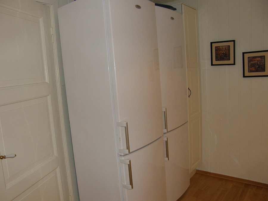 2 Große Kühlschränke mit Gefrierteil stehen zur Verfügung - zusätzlich gibt es noch eine große Gefriertruhe