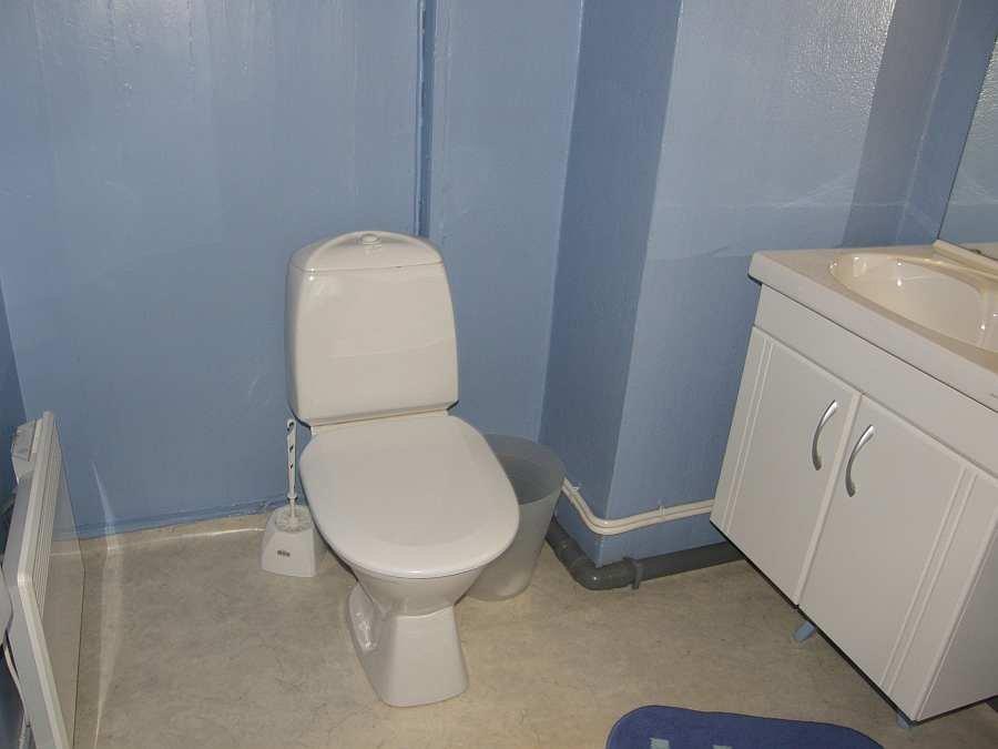 Zusätzliches Bad mit WC.