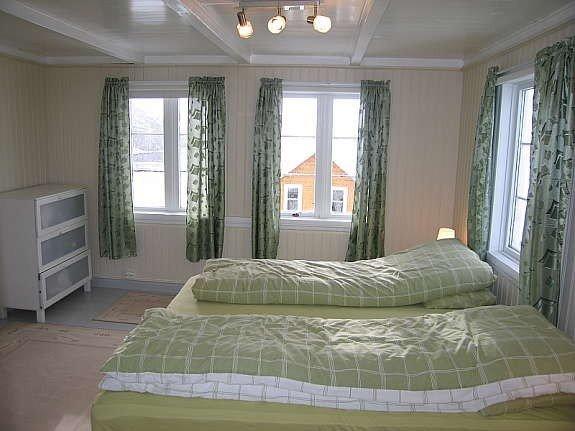 Eins der drei Schlafzimmer mit zwei Einzelbetten