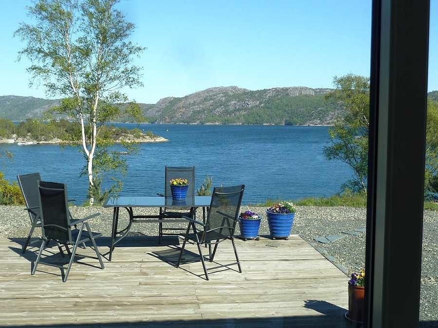 Blick aus dem Wohnzimmer auf die Terrasse und den Fjord