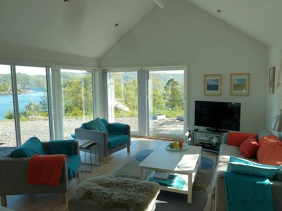 Die Sitzecke mit Sat-TV (deutsche Programme) und wunderbarem Ausblick auf den Fjord