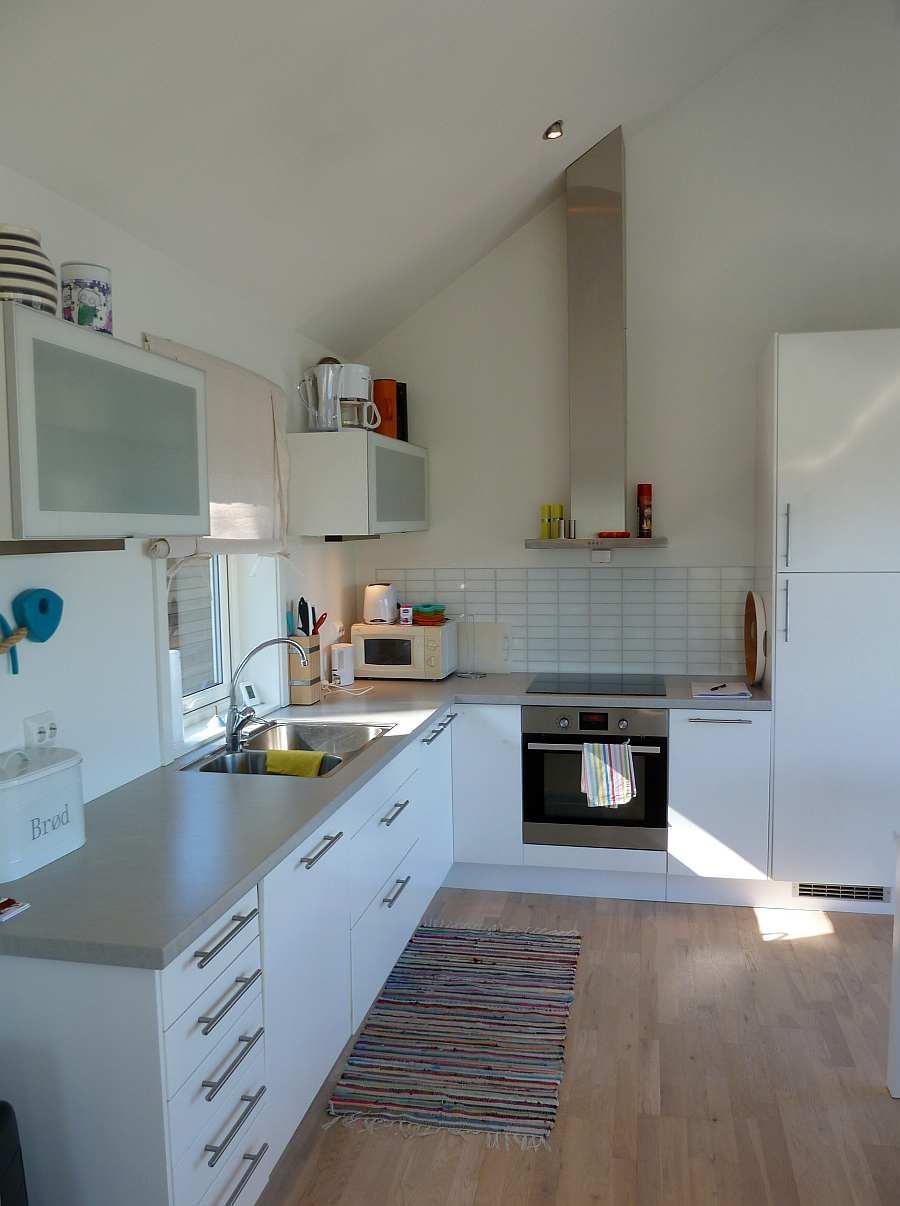 Die Küche ist modern und hell