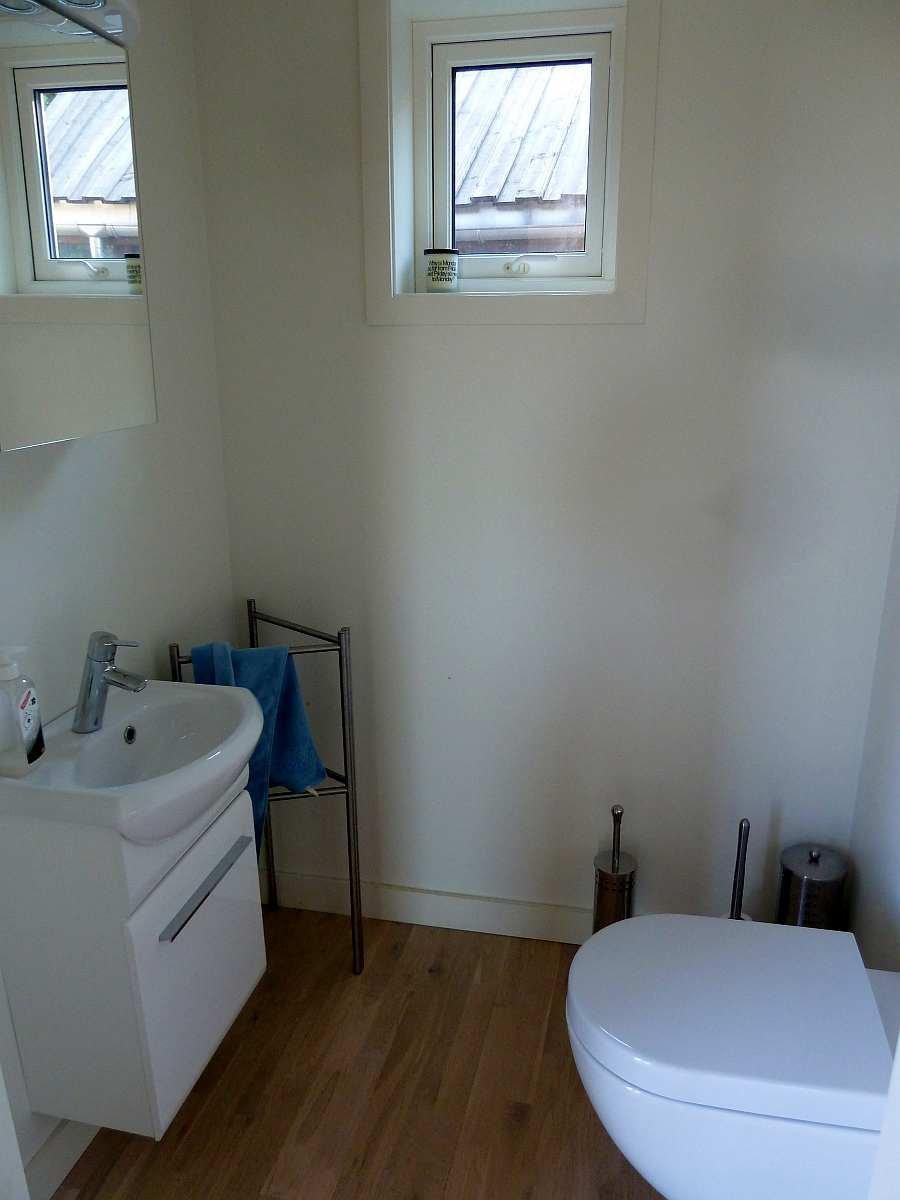 Das zweite Bad mit WC und Waschbecken