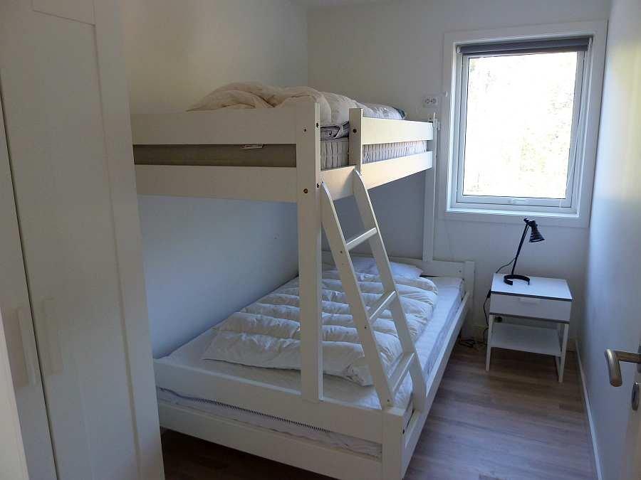Das Schlafzimmer mit einem Etagenbett (unten 140 cm breit) - ein perfektes Kinderzimmer