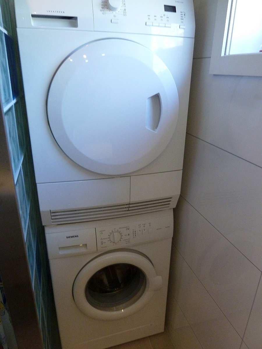 Im Bad stehen auch eine Waschmaschine und ein Wäschetrockner zur Verfügung