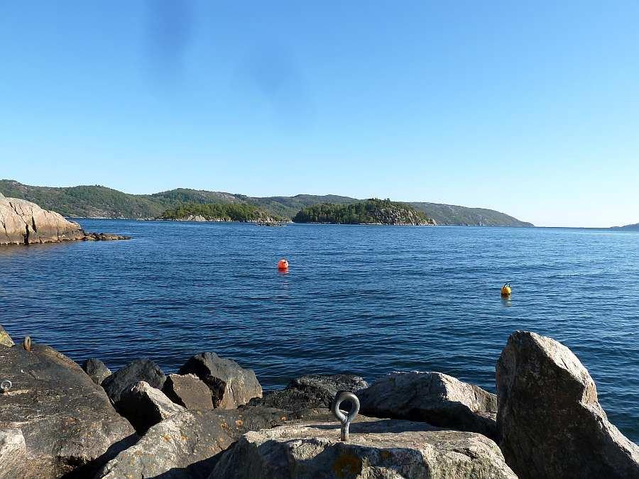 Blick vom Bootshafen nach Süden zum Fjordausgang
