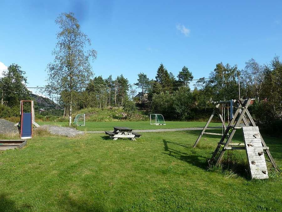 In nur ca. 250 Meter Entfernung findet sich dieser Kinderspielplatz und die Fußballwiese mit Toren im Hintergrund