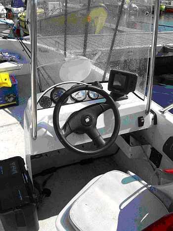 Der Steuerstand des Bootes mit 18,3 Fuß Länge und 30-40 PS Motor, Echolot