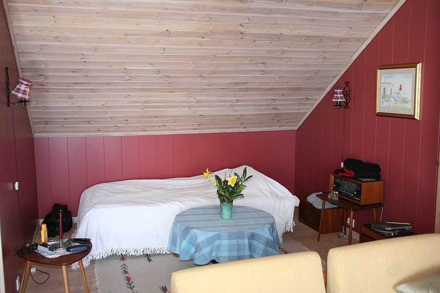 Das Einzelbett in einer Nische im Wohnbereich