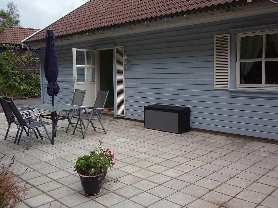 Seperater Wohnungseingang und eigene Terrasse auf der Hausrückseite