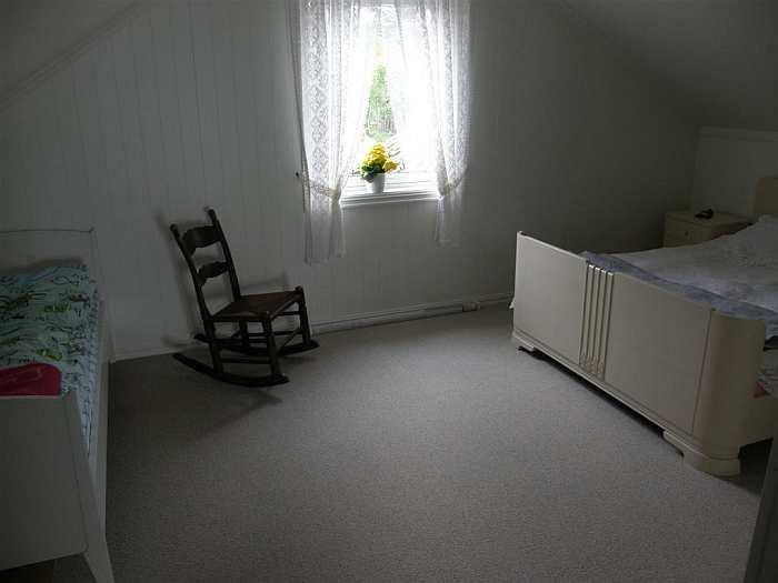 Das Schlafzimmer mit einem Doppelbett und zwei Einzelbetten