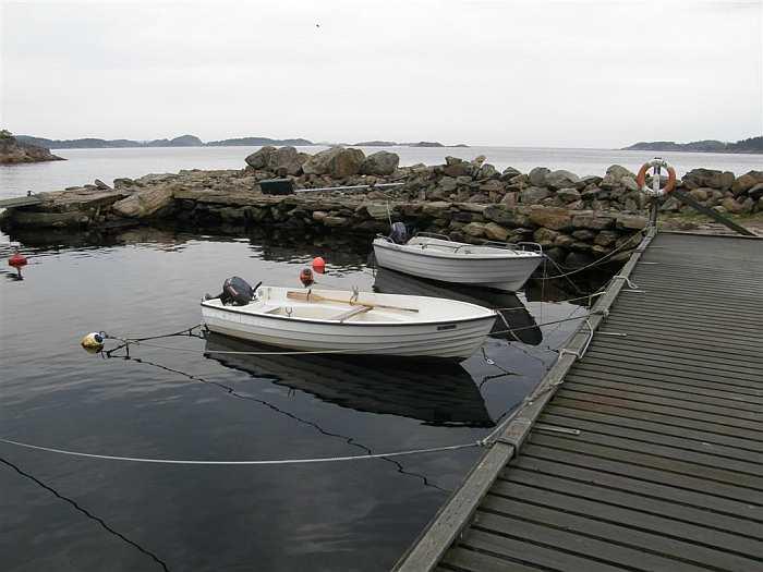 Der kleine Bootshafen direkt vor dem Ferienhaus