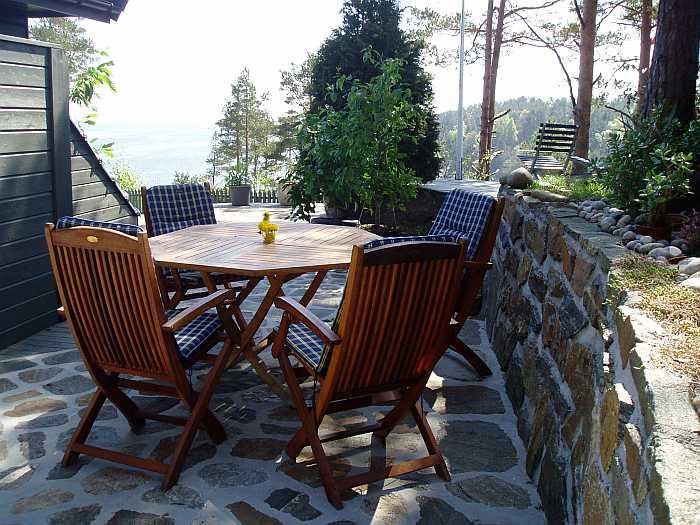 Sitzmöglichkeit auf der Terrasse mit Blick auf das Meer
