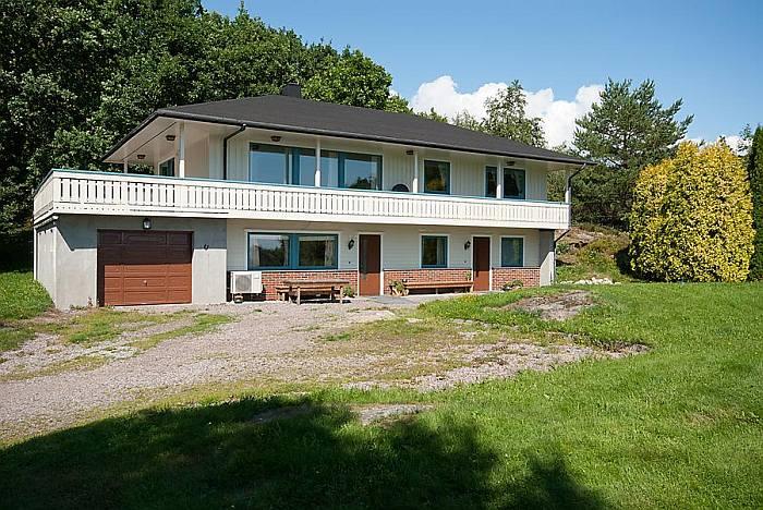 Schön gelegen -  das Ferienhaus Vik. Die Ferienwohnung liegt im Erdgeschoß und verfügt über einen separaten Eingang.