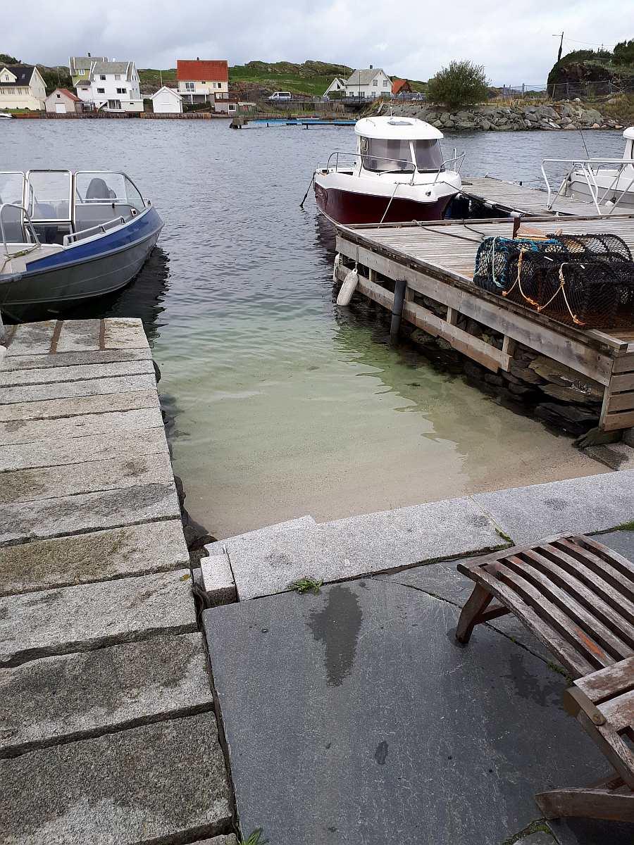 Die Boote liegen unmittelbar vor dem Haus an der eigenen Steganlage