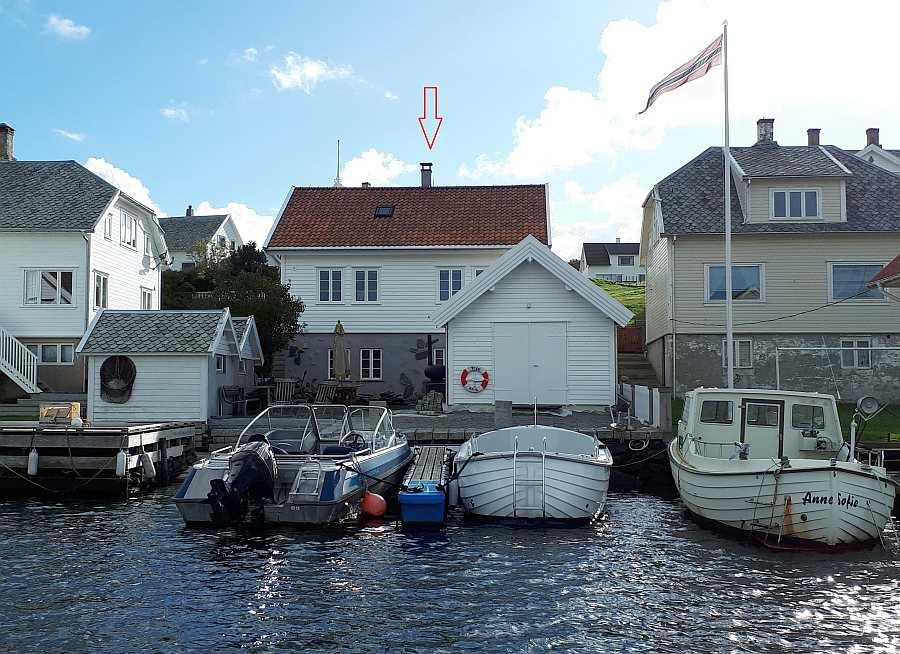 Seehaus Ellen - Blick vom Wasser auf die eigene Steganlage und die Terrasse