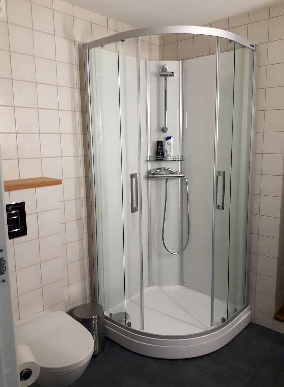 Bad 2 mit Dusche, Waschbecken und WC