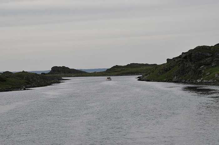 Ausfahrt aus dem Sund auf das offene Meer vor der Insel