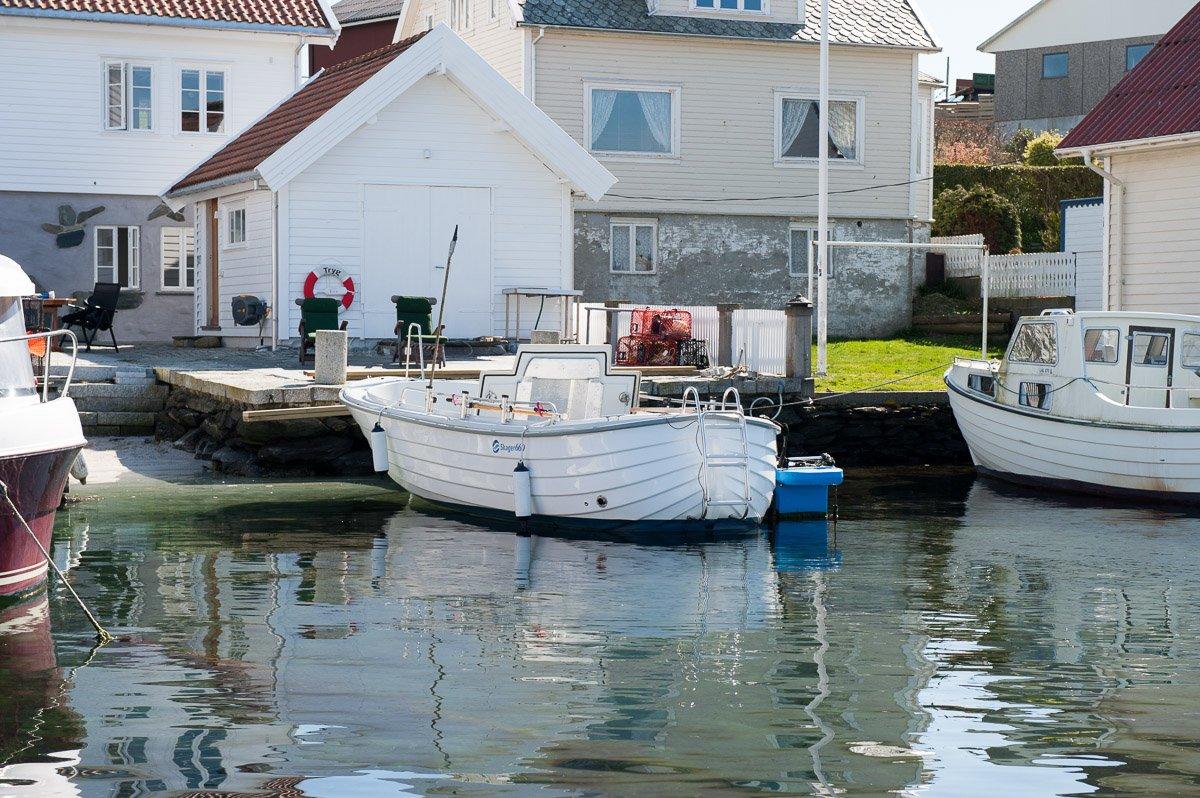 Blick vom Wasser - der Filetierplatz zur Verarbeitung Ihrer Fänge befindet  sich direkt vor dem  Schuppen (direkt vor dem Boot)