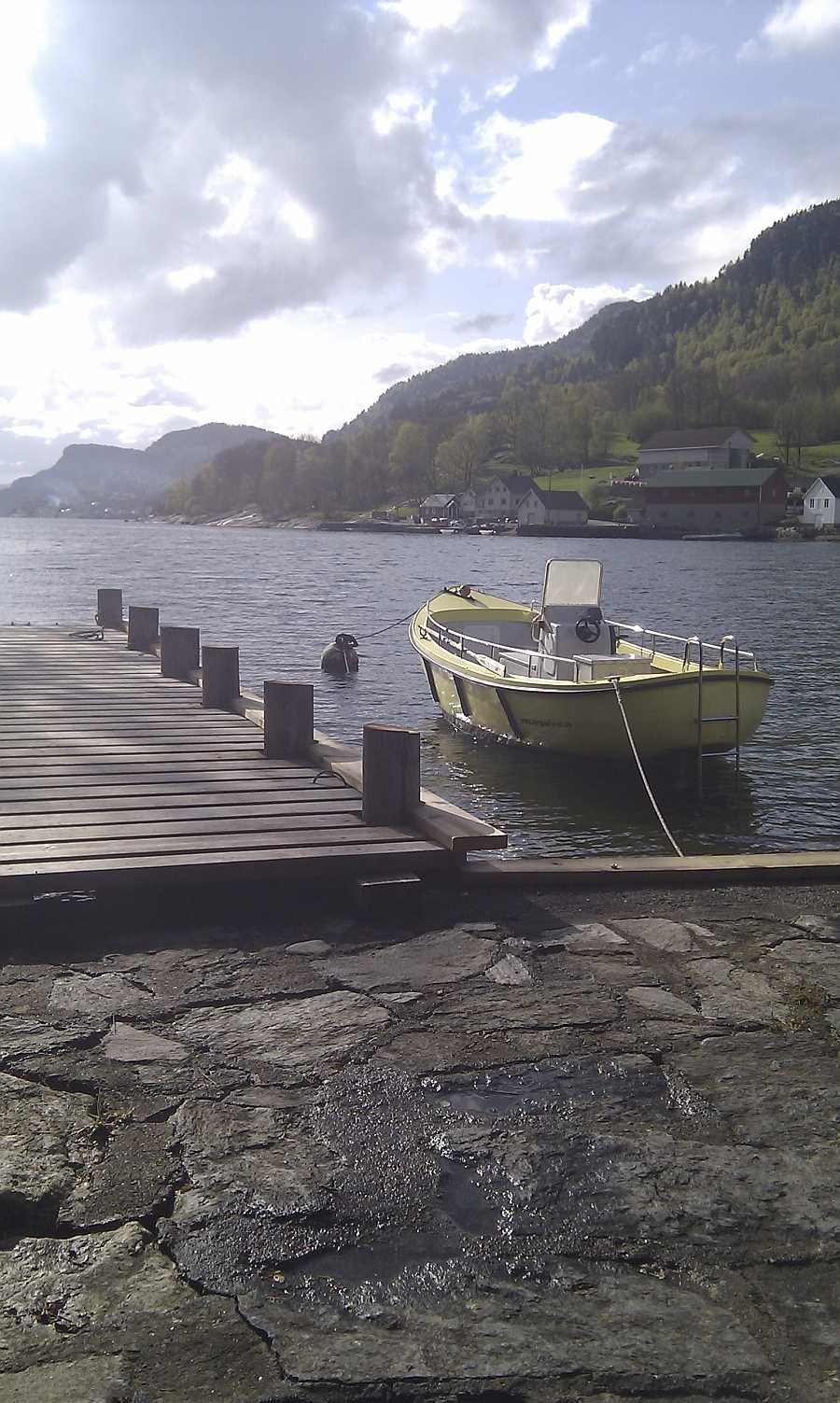 Das Zusatzboot 21 Fuß mit 10-15 PS Motor am Bootsteg.
