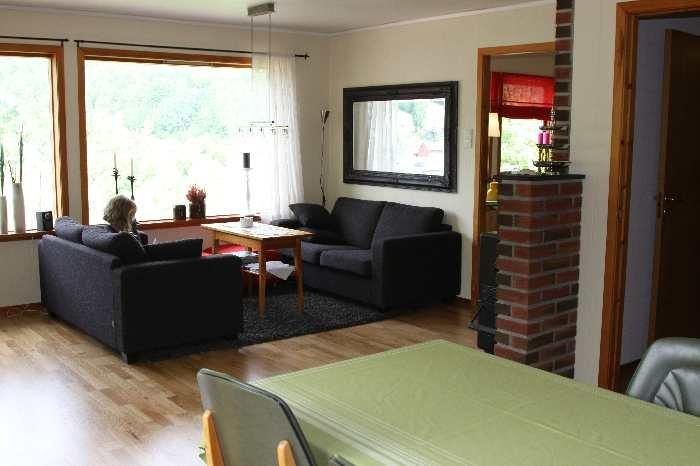 Wohnzimmer mit Couch-Ecke.