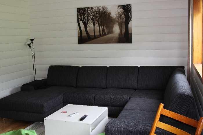 Ein weiteres Wohnzimmer mit großer Couch.
