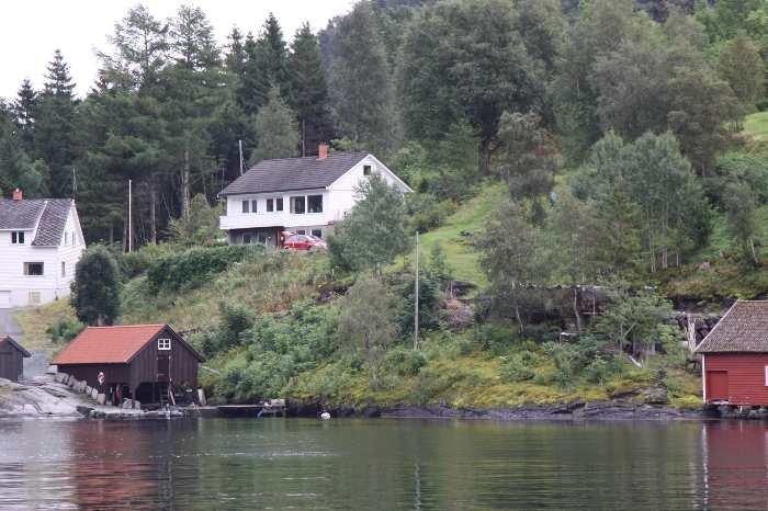 Blick auf das Ferienhaus vom Wasser aus.