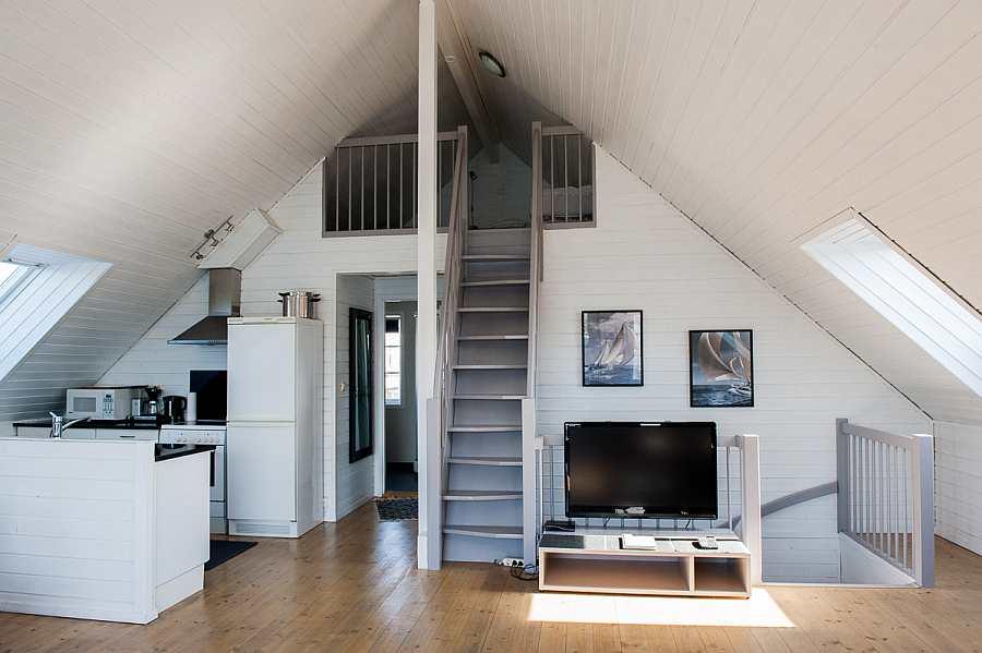 Blick auf die offene Studioküche - Zugang vom Wohnbereich über eine Leiter zum Hems (dort gibt es zwei weitere Schlafplätze)