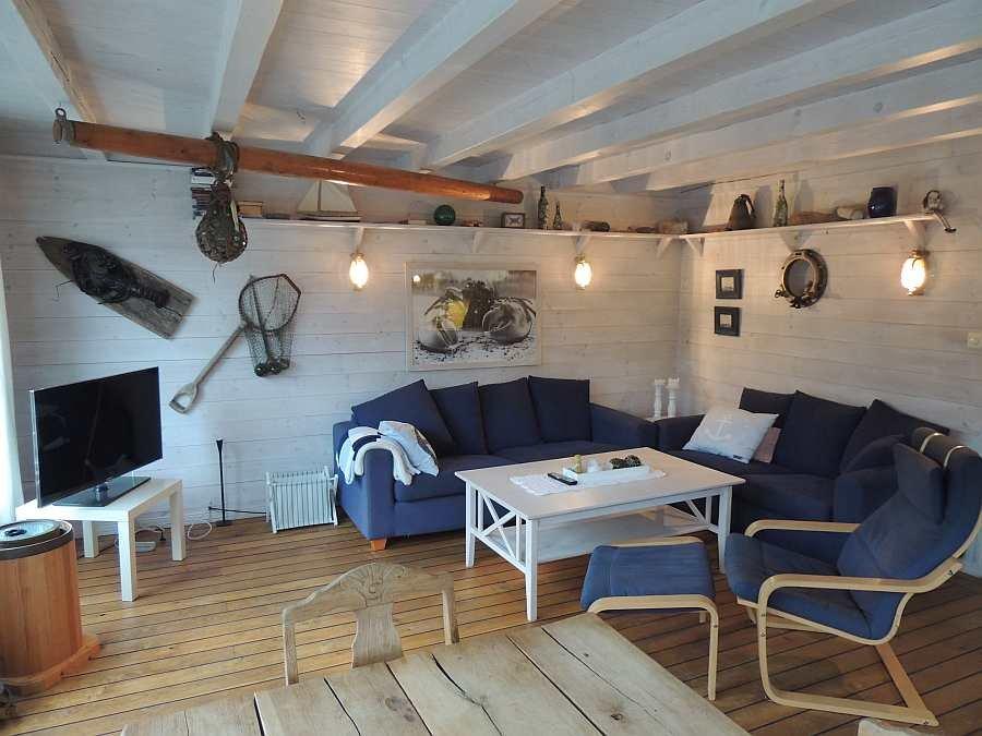 Der Wohnbereich ist geschmackvoll im maritimen Stil eingerichtet