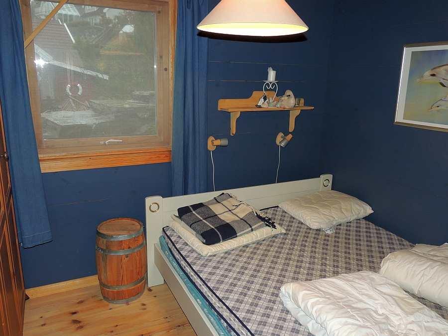 Das Schlafzimmer mit einem Doppelbett