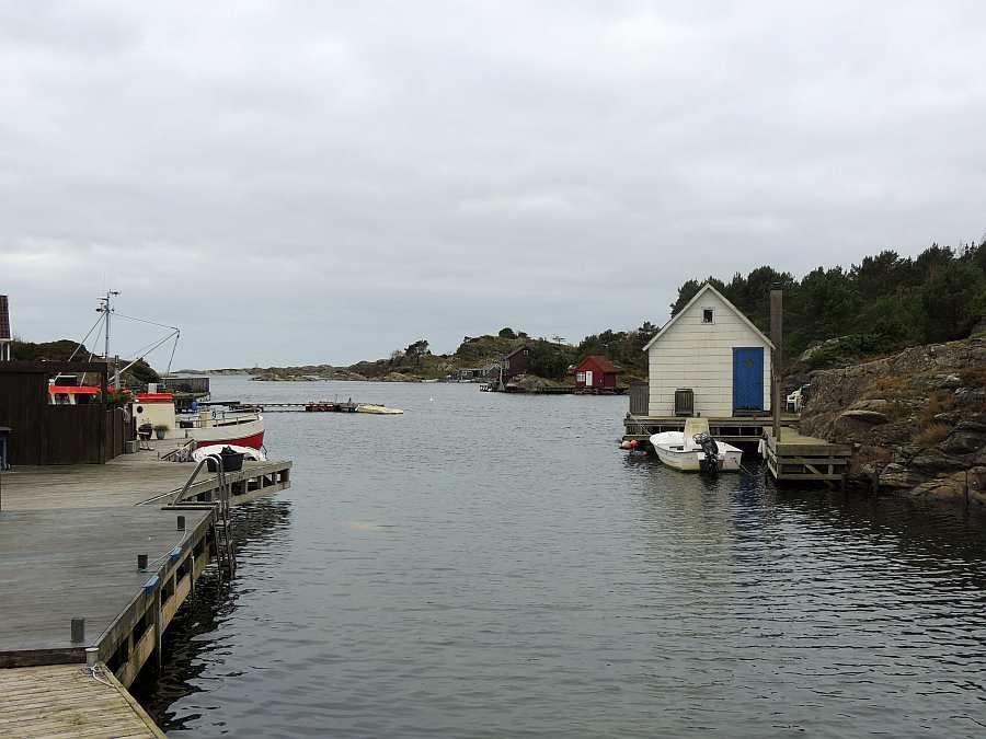 Blick vom Haus auf die Ausfahrt Richtung offenes Meer