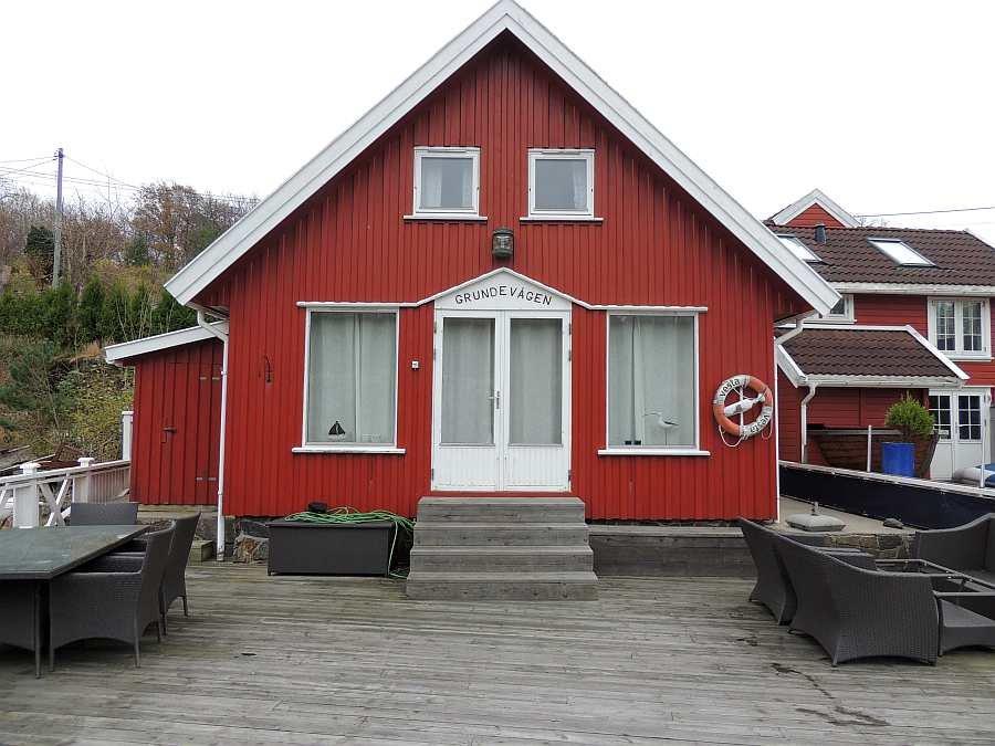 Ferienhaus Grundevågen bietet Platz für 4-5 Personen. Die riesige Terrasse/Steg am Wasser bietet ebenfalls ausreichend Platz