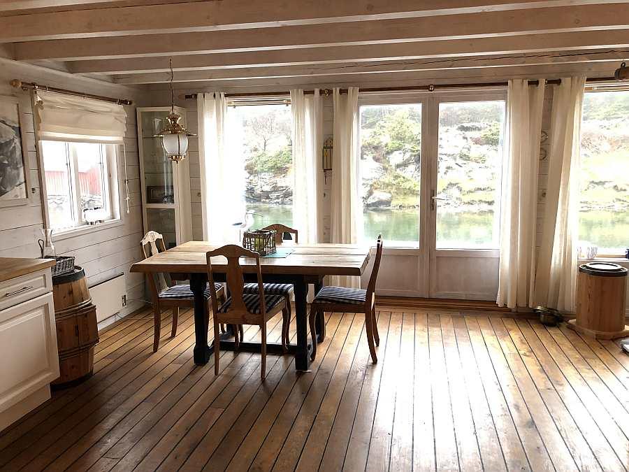 Der Wohnbereich ist  dank der großen Fenster zur Fjordseite hell und freundlich
