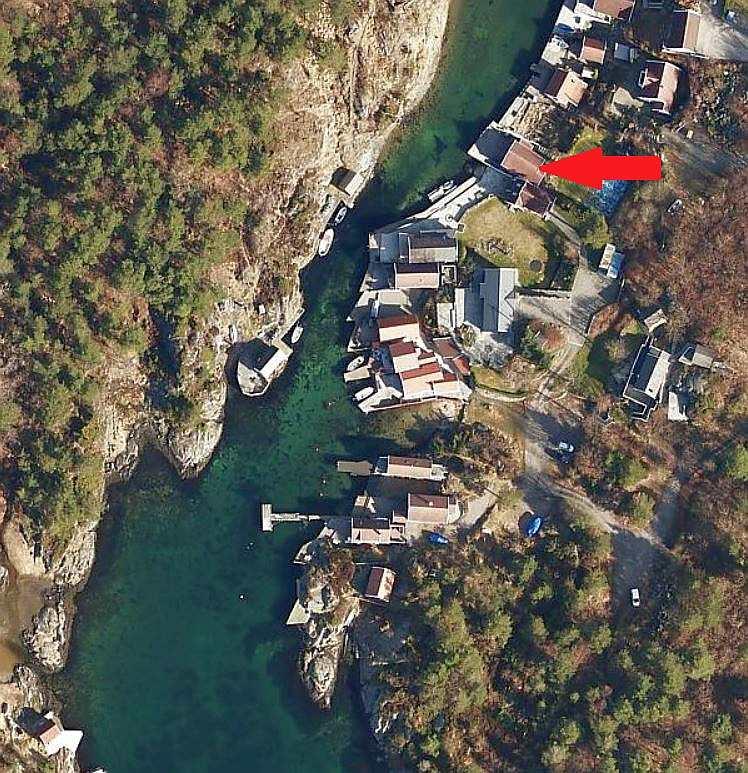 Hier sieht man die perfekte Lage auf der Insel Flekkerøy. Nach Süden verlässt man die kleine Bucht in Richtung offene See