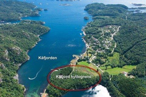 Hier ist das Ferienhaus Kåfjord innerhalb einer kleinen, neuen Ferienhaussiedlung entstanden
