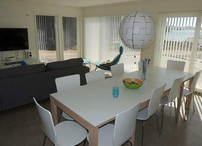 Der große Esstisch bietet Platz für alle Gäste