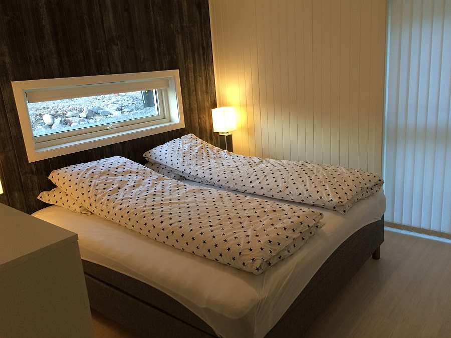 Eines der beiden Schlafzimmer mit einem Doppelbett