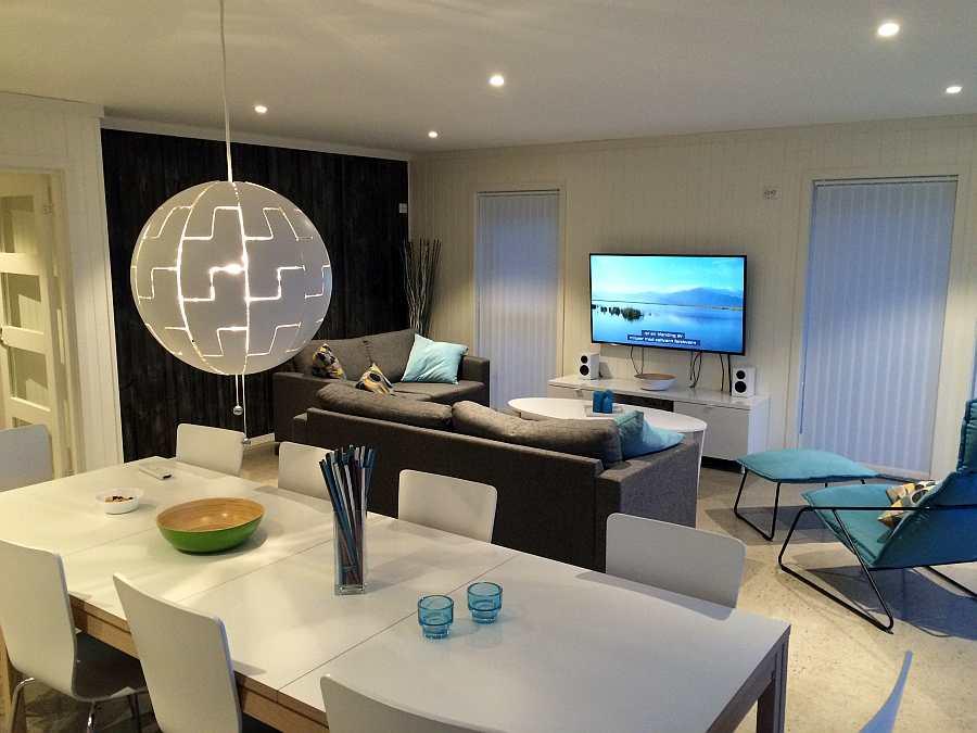 Blick von der offenen Küche in den Wohnbereich im Erdgeschoß