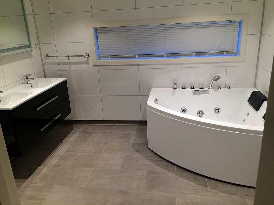 Das erste Badezimmer im Erdgeschoß - mit Whirlpool