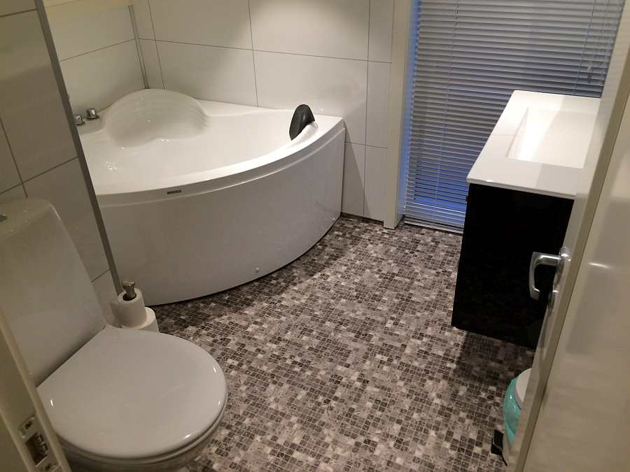 Das zweite Badezimmer im Obergeschoß mit Eckbadewanne und zweitem WC