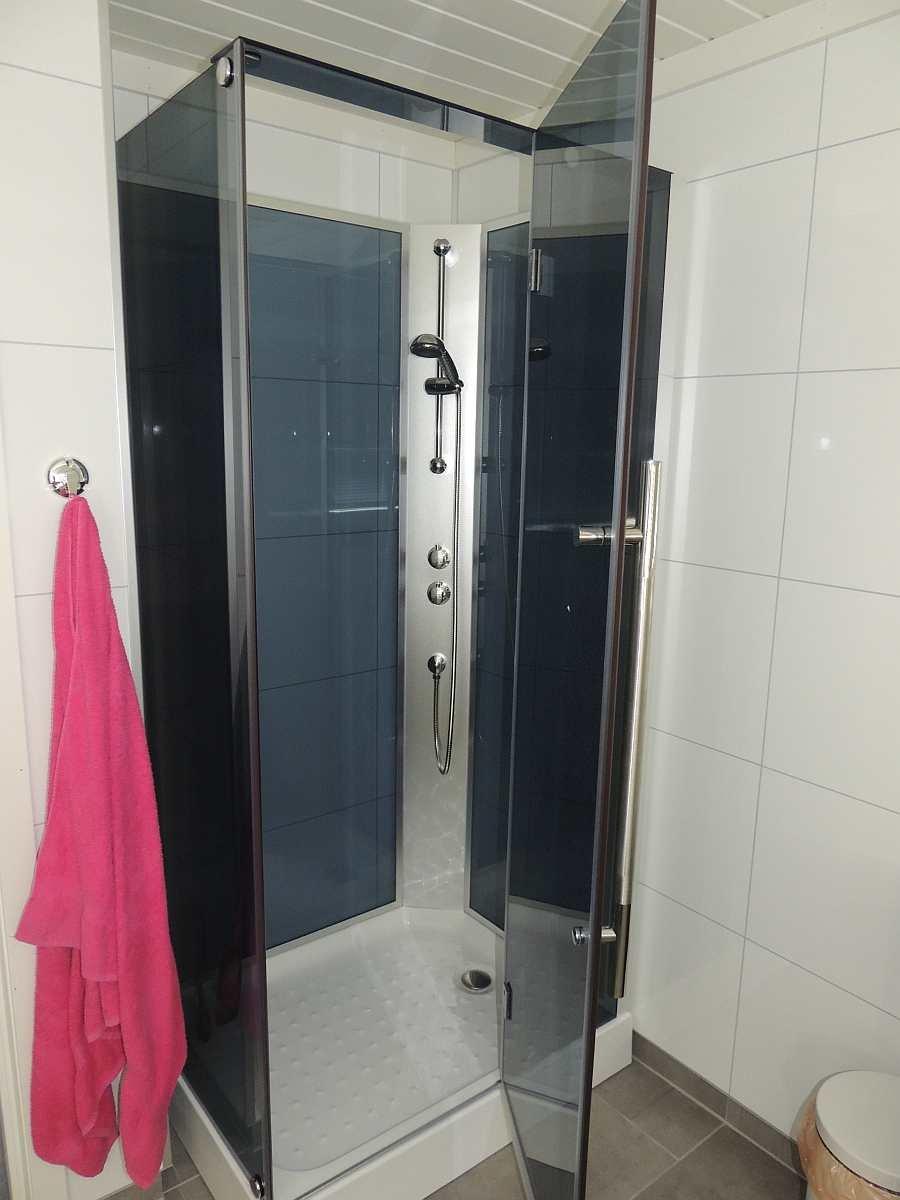 Im Bad im Ergeschoß gibt es zudem eine Dusche