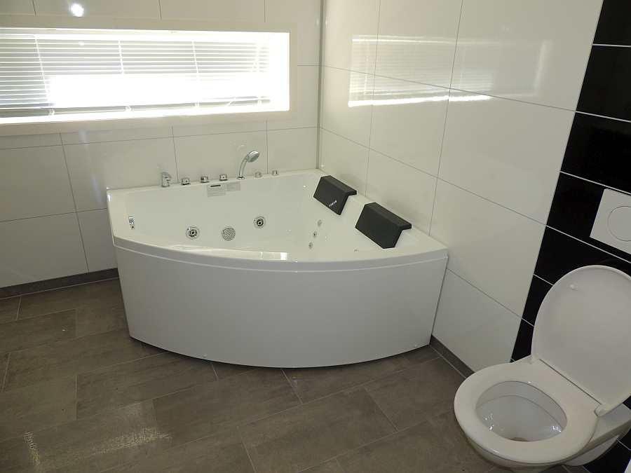 Natürlich steht hier auch ein WC zur Verfügung. Das Badezimmer ist groß und hell