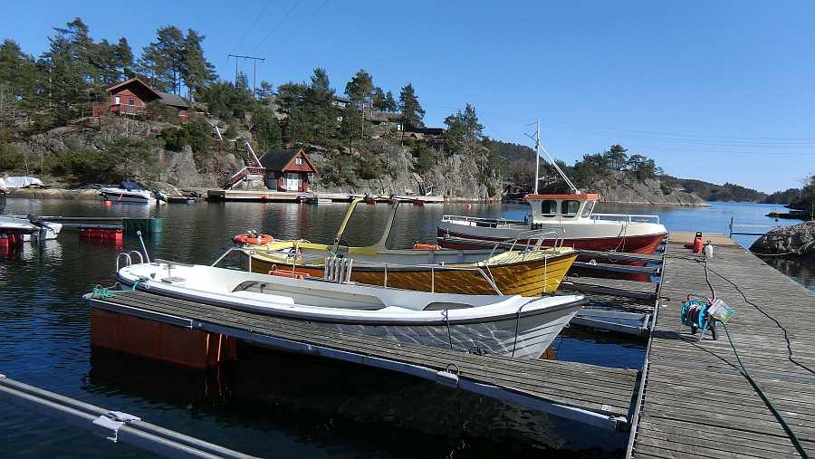 Blick auf den Bootssteg - im Vordergrund das Dieselboot -Offen- 22 Fuß/10 PS mit Echolot (weiß) - dahinter das Dieselboot -Horten- 21 Fuß/25 PS, offen,  mit Echolot und GPS/Kartenplotter (gelb)